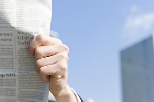 屋外で新聞を読むビジネスマン FYI00040109