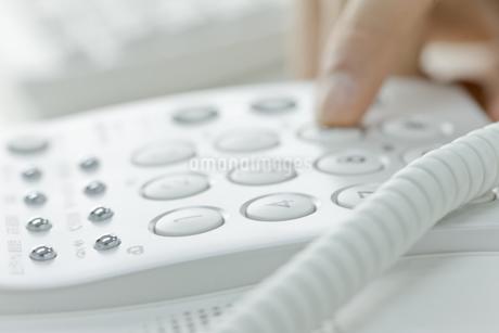 電話をかける男性の手 FYI00040143