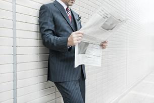 屋外で新聞を読むビジネスマン FYI00040144