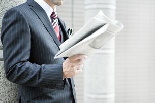 屋外で新聞を読むビジネスマン FYI00040149