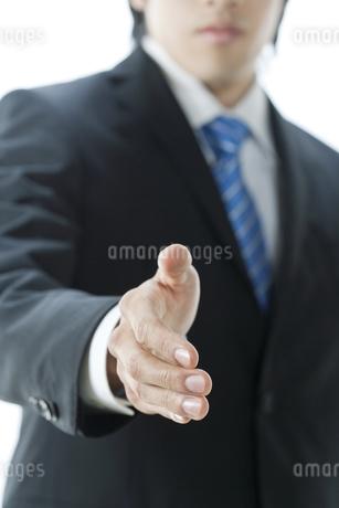 手を差し出すビジネスマン FYI00040163