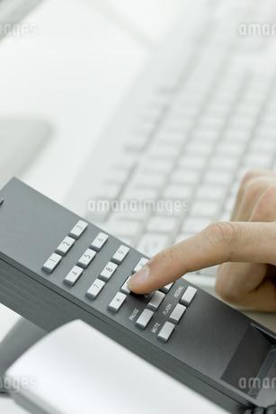 電話をかける男性の手 FYI00040165