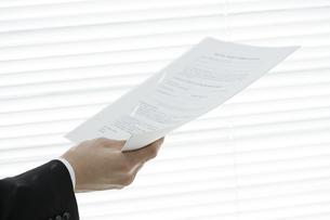 書類を持つ男性の手元 FYI00040175