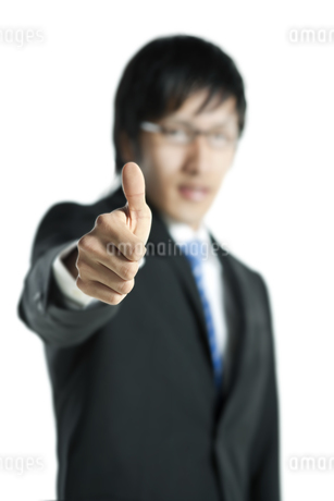 親指を立てるビジネスマン FYI00040189