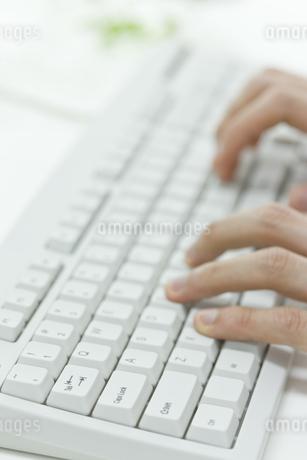 キーボードを打つ男性の手 FYI00040193