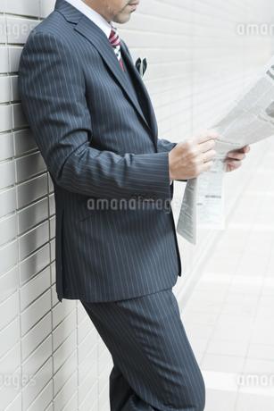 屋外で新聞を読むビジネスマン FYI00040196