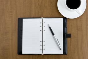 デスクの上の手帳とコーヒーカップ FYI00040259