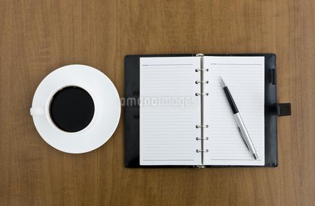 デスクの上の手帳とコーヒーカップ FYI00040270