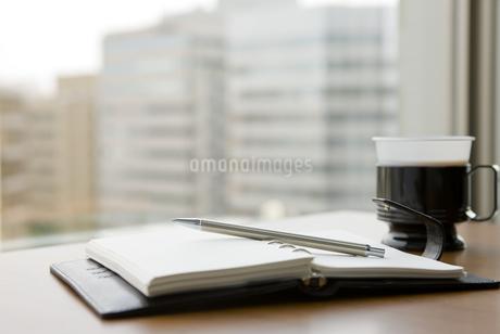 手帳とコーヒーカップ FYI00040278