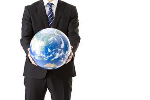 地球儀を持つビジネスマン FYI00040310