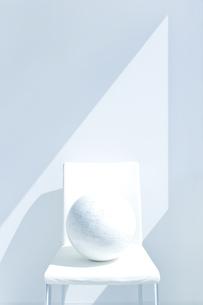 椅子の上の地球儀 FYI00040365