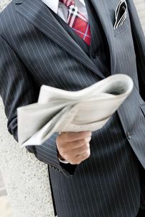 屋外で新聞を読むビジネスマン FYI00040409