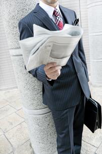 屋外で新聞を読むビジネスマン FYI00040416