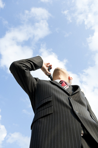 空を見上げるビジネスマン FYI00040423
