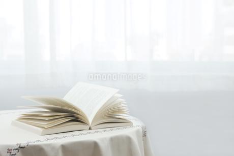 テーブルに置かれた本 FYI00040440
