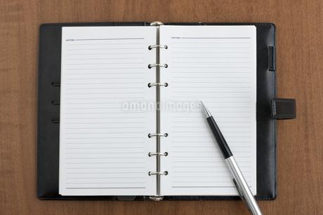 手帳とペン FYI00040442