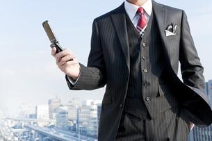 屋上で携帯電話をかけるビジネスマン FYI00040446