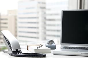 オフィスデスクとビジネスアイテム FYI00040465