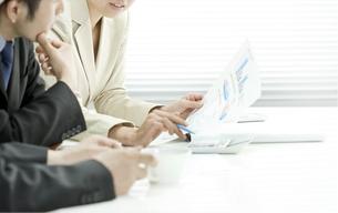 打ち合せをするビジネスマンとビジネスウーマン FYI00040672