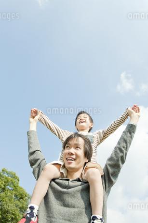 息子を肩車する父親 FYI00040712