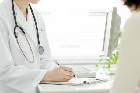 医師と患者 FYI00040724