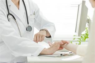 脈拍をはかる医師 FYI00040732