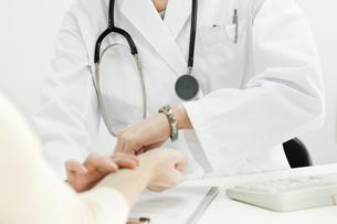 脈拍をはかる医師 FYI00040736