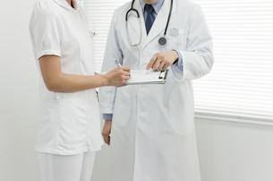 打ち合せをする医師と看護士 FYI00040796