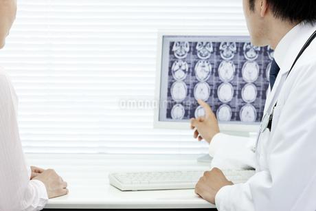 モニターで説明する医師 FYI00040829