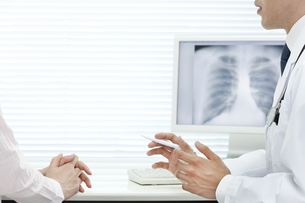 モニターで説明する医師 FYI00040830
