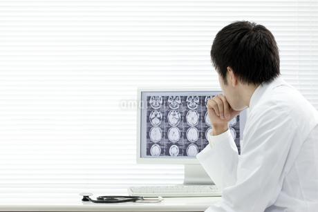 モニターを見つめる医師 FYI00040851