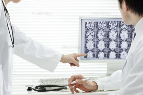モニターを見つめる2人の医師 FYI00040871