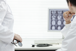 モニターを見つめる2人の医師 FYI00040879