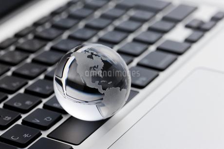 パソコンの上に置かれた地球儀 FYI00041047