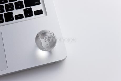 パソコンの上に乗せられた地球儀 FYI00041104