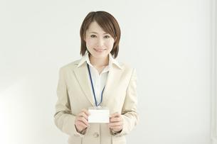社員証を持つビジネスウーマン FYI00041219