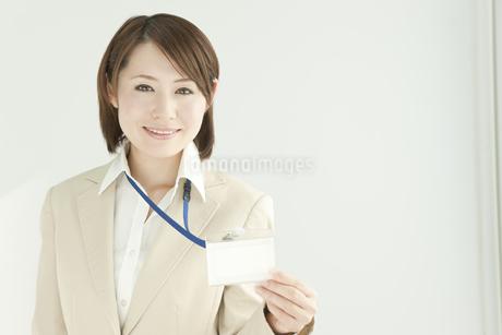 社員証を持つビジネスウーマン FYI00041221