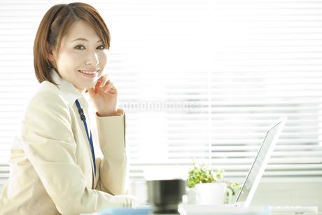 デスクワークのビジネスウーマン FYI00041295