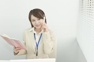 携帯電話で話すビジネスウーマン FYI00041300