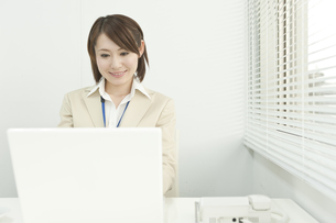 デスクワークのビジネスウーマン FYI00041301