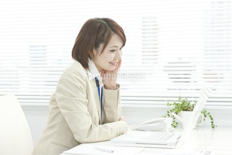 パソコン操作をするビジネスウーマン FYI00041308