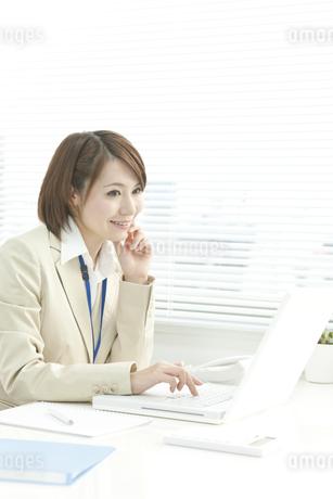 パソコン操作をするビジネスウーマン FYI00041315