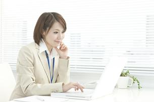 パソコン操作をするビジネスウーマン FYI00041325