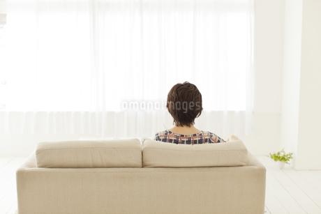 ソファーに座る人 FYI00041423
