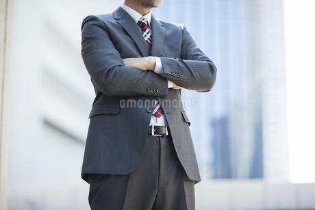 腕を組むビジネスマン FYI00041883