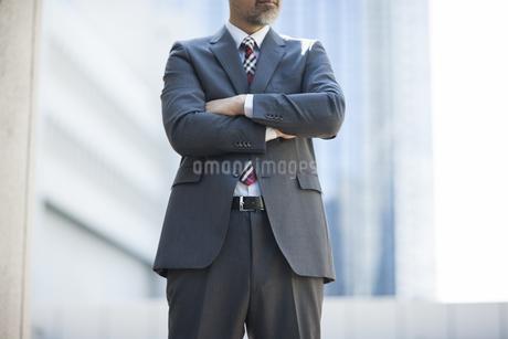 腕を組むビジネスマン FYI00041889