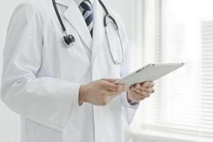 タブレットPCを見ている医師 FYI00041890