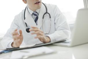ノートパソコンを見ている医師 FYI00041913