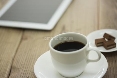コーヒーと生チョコとタブレットPC FYI00041962
