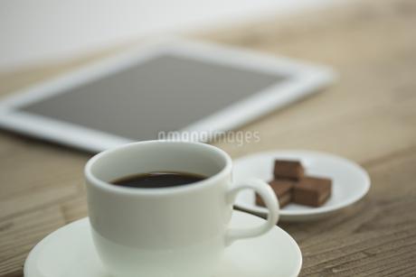 コーヒーと生チョコとタブレットPC FYI00041976